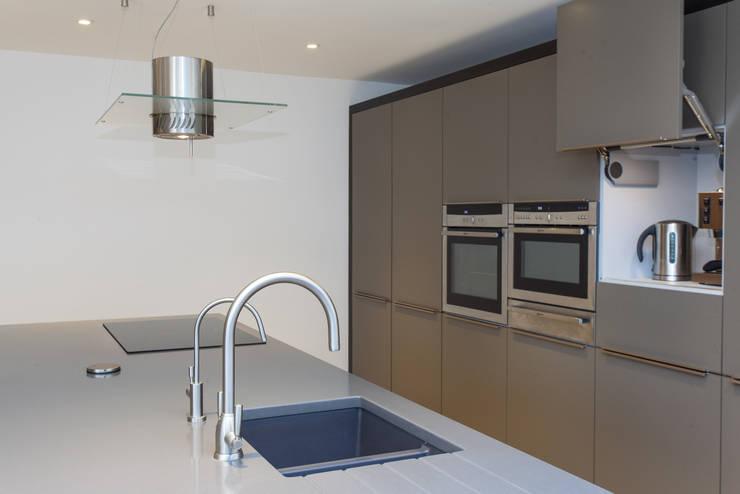 Cozinhas modernas por Hampshire Design Consultancy Ltd.