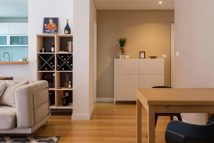 Sala Comum e entrada: Salas de estar modernas por Traço Magenta - Design de Interiores