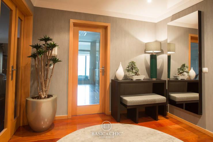 Hall de Entrada: Corredor, hall e escadas  por Basic & Chic