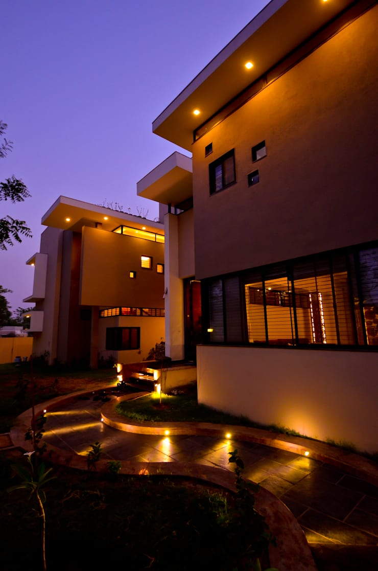 Bungalow Exterior :  Houses by Maulik Vyas Architects,Modern
