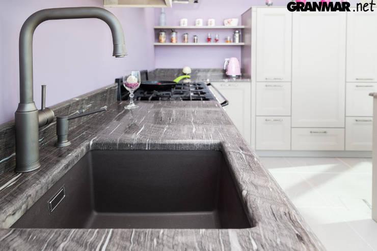 Zlew podwieszany z obróbką ćwierćwałek: styl , w kategorii Kuchnia zaprojektowany przez GRANMAR Borowa Góra - granit, marmur, konglomerat kwarcowy