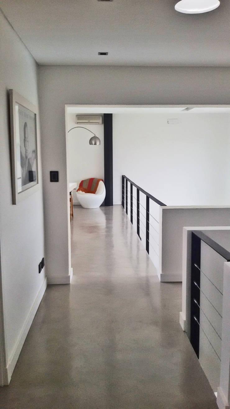 Casa M2 – Estudio Fernandez+Mego: Pasillos y recibidores de estilo  por Estudio Fernández+Mego,