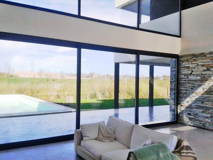Casa M2 – Estudio Fernandez+Mego: Livings de estilo  por Estudio Fernández+Mego,