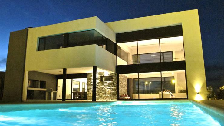 Casa M2 – Estudio Fernandez+Mego: Piletas de estilo  por Estudio Fernández+Mego,