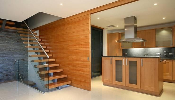 A madeira como base de fundo na criação de qualquer solução.: Cozinhas  por A definir - Obras e gestão de Imóveis - Unipessoal, Lda