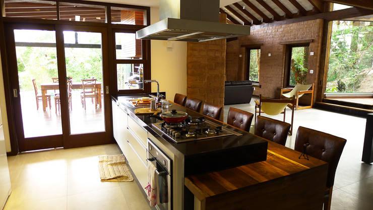 Projekty,  Kuchnia zaprojektowane przez Baixo Impacto Arquitetura Ltda.