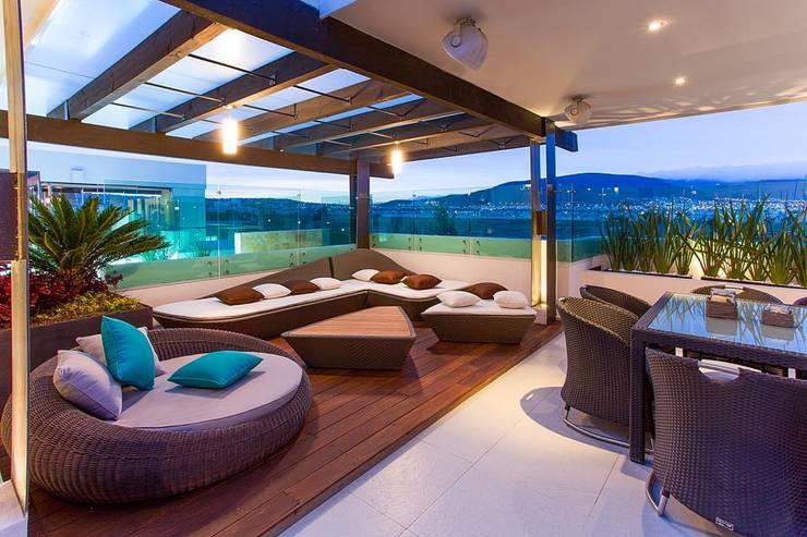 Interiorismo y diseño de mobiliario.: Balcones y terrazas de estilo  por Besana Studio