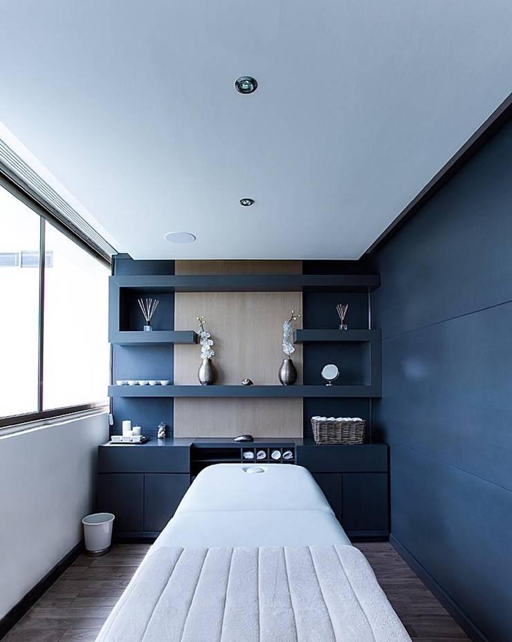 Interiorismo y diseño de mobiliario.: Vestidores y closets de estilo  por Besana Studio