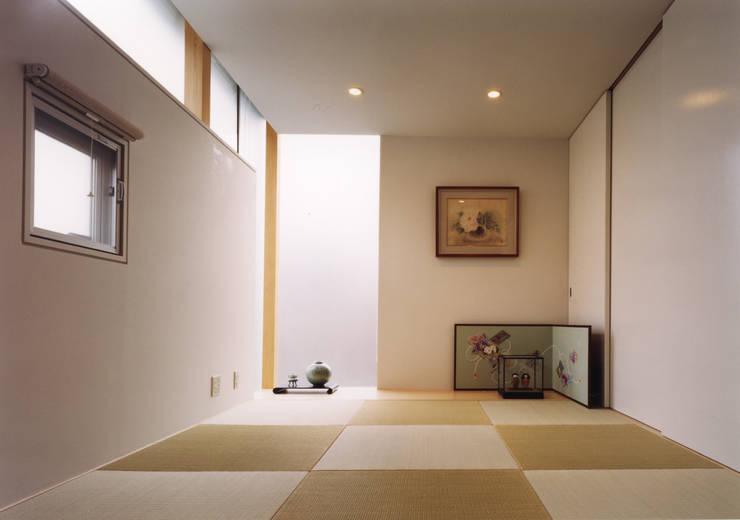 高窓と中庭の家-高低差を活かす-: atelier mが手掛けた電気製品です。