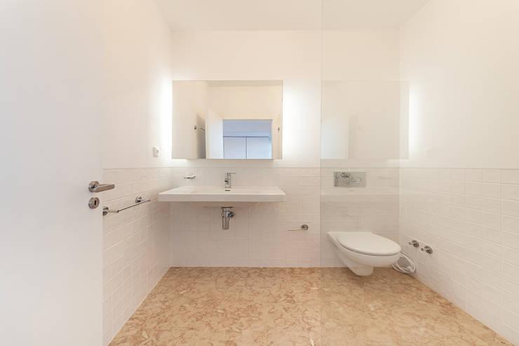 Casa da Porteira: Casas de banho  por AFarquitectos