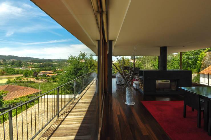Casa Rui Leal: Sala de estar  por Lousinha Arquitectos
