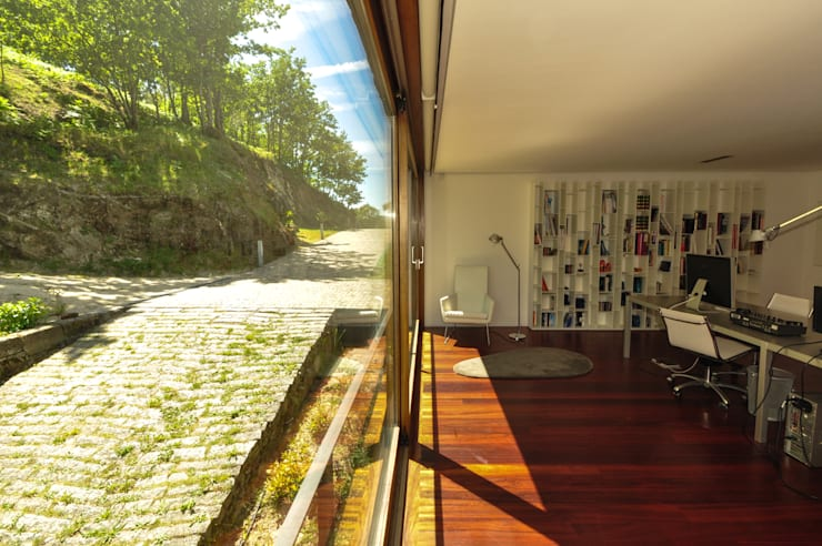 Casa Rui Leal: Escritórios e Espaços de trabalho  por Lousinha Arquitectos
