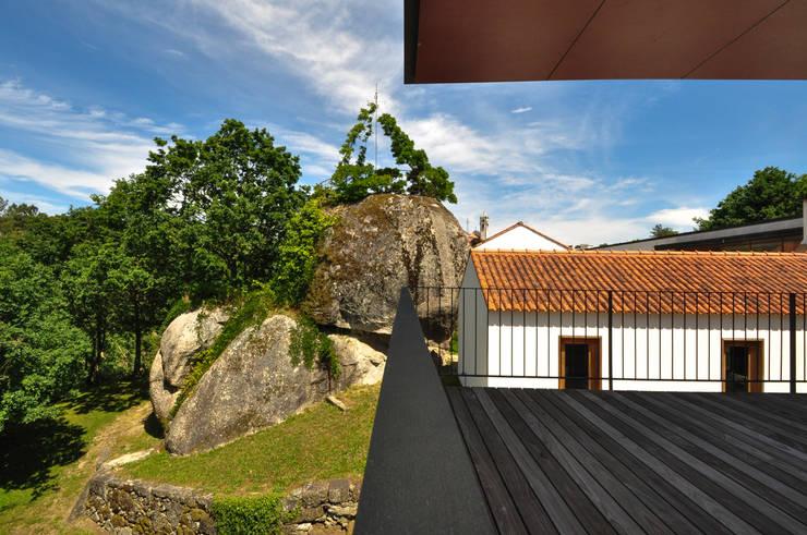 Casa Rui Leal: Terraços  por Lousinha Arquitectos