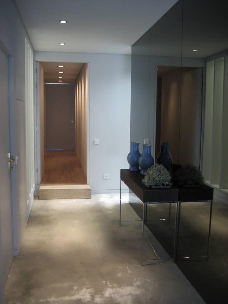 Entrada: Corredores e halls de entrada  por GRAU.ZERO Arquitectura