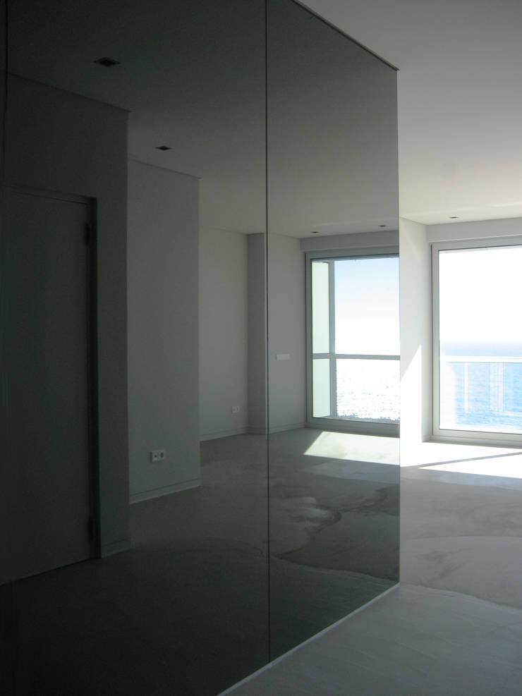 Sala: Salas de estar  por GRAU.ZERO Arquitectura