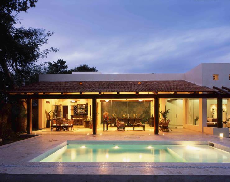 FACHADA TRASERA: Casas de estilo  por AIDA TRACONIS ARQUITECTOS EN MERIDA YUCATAN MEXICO