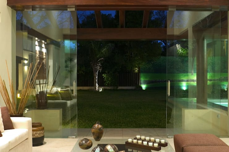 VISTA DESDE SALA DE ESTAR: Salas de estilo  por AIDA TRACONIS ARQUITECTOS EN MERIDA YUCATAN MEXICO