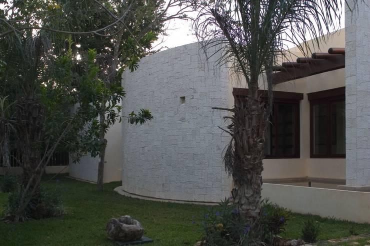 FACHADA PRINCIPAL VISTA: Casas de estilo  por AIDA TRACONIS ARQUITECTOS EN MERIDA YUCATAN MEXICO