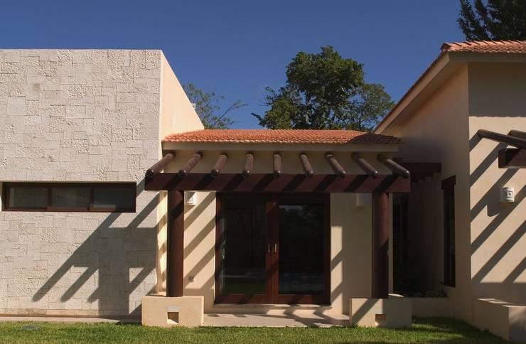 FACHADA POSTERIOR: Casas de estilo  por AIDA TRACONIS ARQUITECTOS EN MERIDA YUCATAN MEXICO