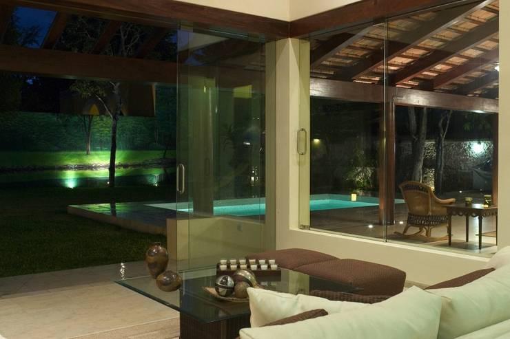 SALA DE ESTAR: Salas de estilo  por AIDA TRACONIS ARQUITECTOS EN MERIDA YUCATAN MEXICO