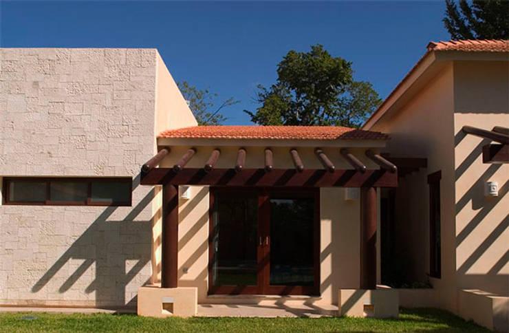 FACHADA POSTERIOR : Casas de estilo  por AIDA TRACONIS ARQUITECTOS EN MERIDA YUCATAN MEXICO