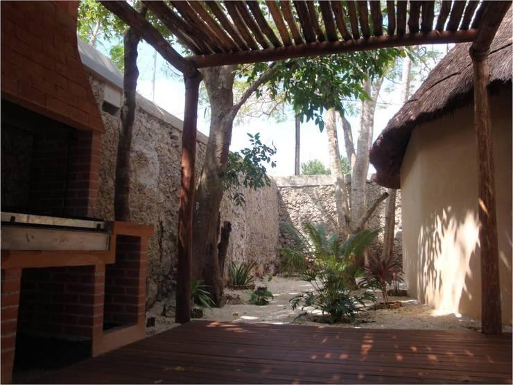 PALAPAS ZODZIL: Terrazas de estilo  por AIDA TRACONIS ARQUITECTOS EN MERIDA YUCATAN MEXICO