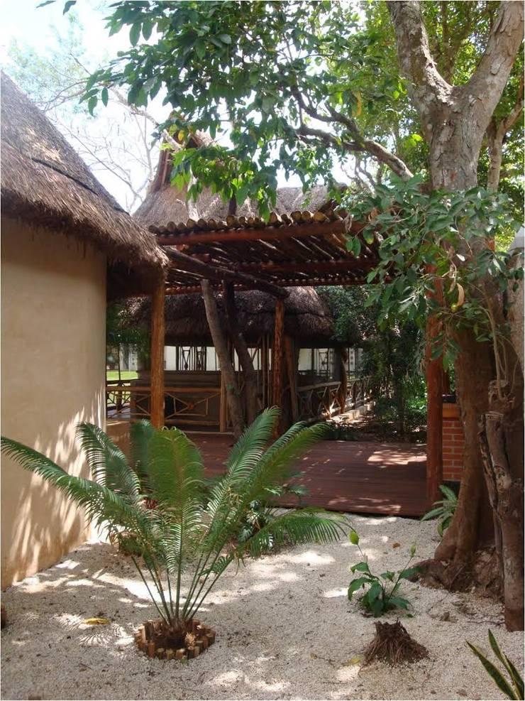 PALAPAS ZODZIL: Jardines de estilo  por AIDA TRACONIS ARQUITECTOS EN MERIDA YUCATAN MEXICO