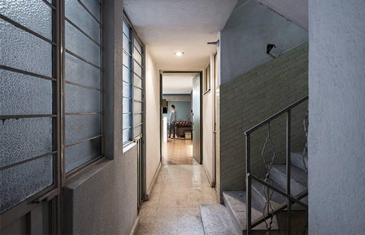 Entrada Prados#2: Pasillos y recibidores de estilo  por MX Taller de Arquitectura & Diseño
