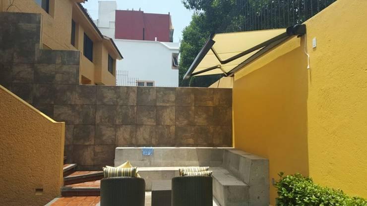 TOLDO ARES  GAVIOTA con BOX para generar un especio exterior en tu TERRAZA o JARDIN: Balcones y terrazas de estilo  por GAVIOTA MEXICO