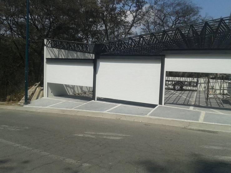 PERSIANA EXTRUSION GAVIOTA PARA COCHERAS: Garajes de estilo  por HLA181026V73