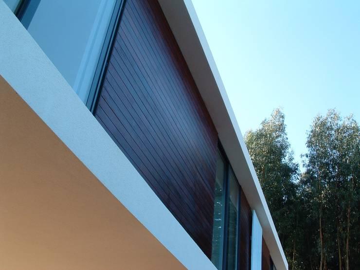 Casa do Pisco: Casas  por Lousinha Arquitectos,Moderno