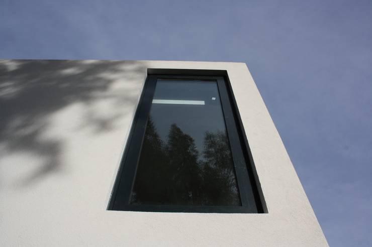 Casa do Pisco: Janelas   por Lousinha Arquitectos,Moderno