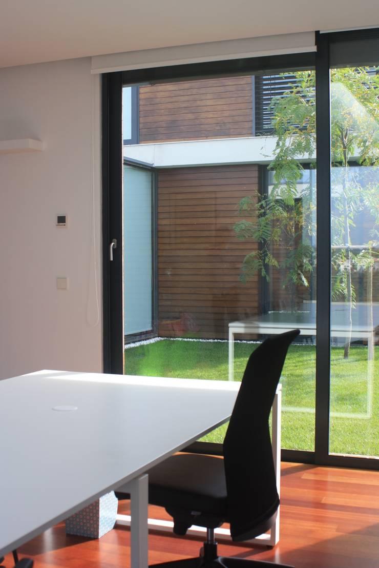 Casa do Pisco: Escritórios e Espaços de trabalho  por Lousinha Arquitectos,Moderno