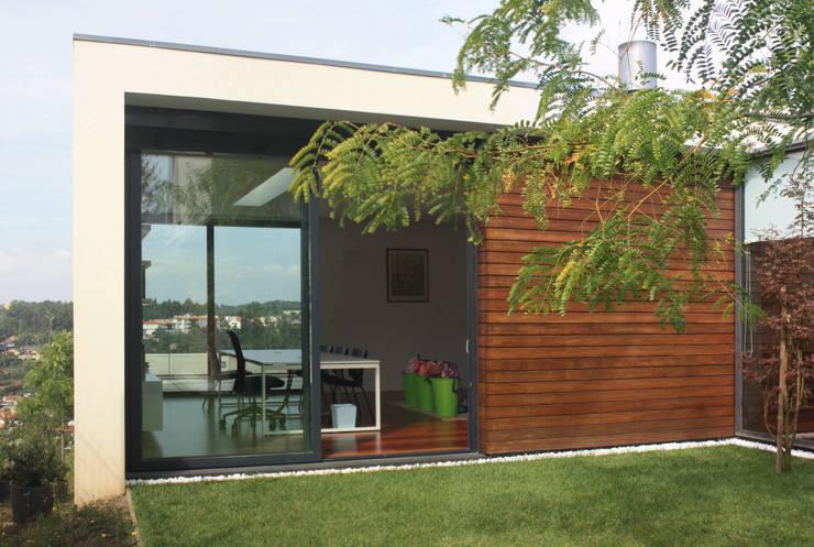 Casa do Pisco: Casas  por Lousinha Arquitectos