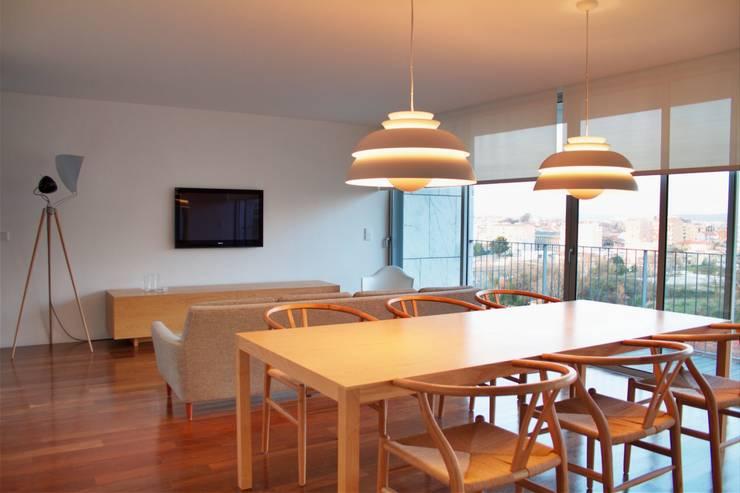 Douro á Vista: Salas de estar  por Lousinha Arquitectos