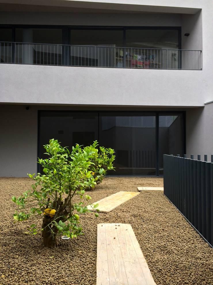 Edifício Lousada: Jardins  por Lousinha Arquitectos