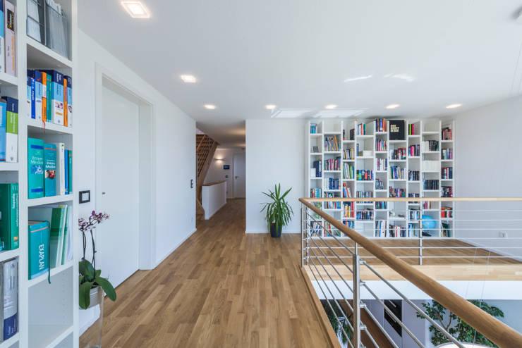 Прихожая, коридор и лестницы в . Автор – KitzlingerHaus GmbH & Co. KG