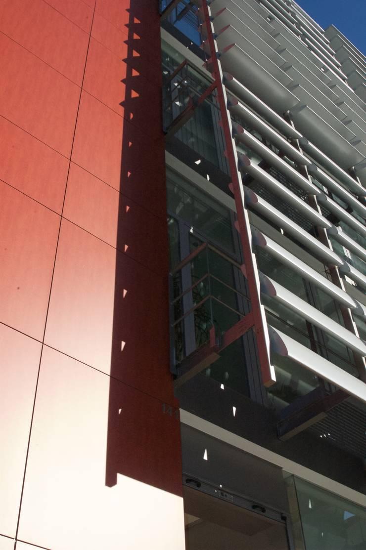 Edifício Empril: Casas  por Lousinha Arquitectos