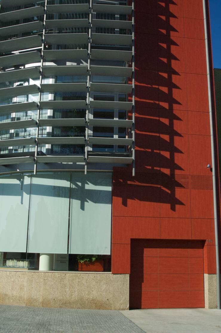 Edifício Empril: Garagens e arrecadações  por Lousinha Arquitectos