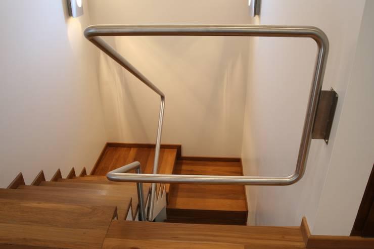 Pasillos y recibidores de estilo  por Poggi Schmit Arquitectura