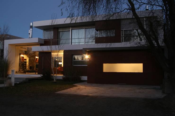 VISTA FRENTE 03: Casas de estilo  por Poggi Schmit Arquitectura,