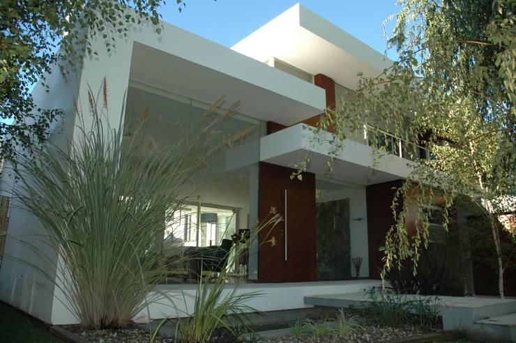 VISTA FRENTE 05: Casas de estilo  por Poggi Schmit Arquitectura,