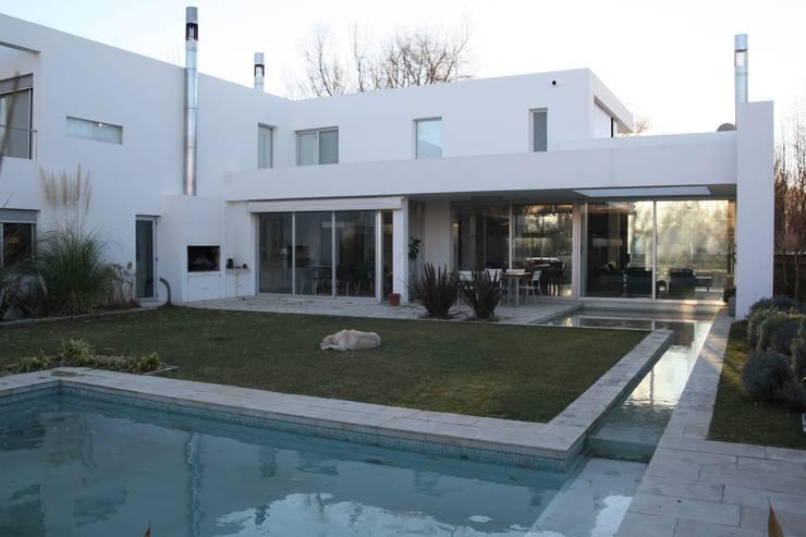 VISTA DESDE PATIO: Piletas de estilo  por Poggi Schmit Arquitectura