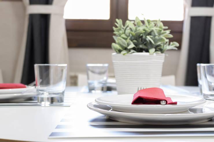 Cocinas de estilo escandinavo por Become a Home