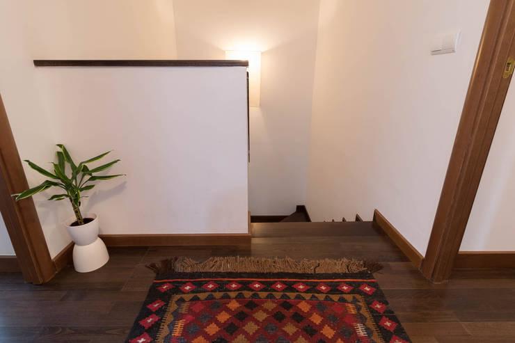 Pasillos y recibidores de estilo  por Become a Home