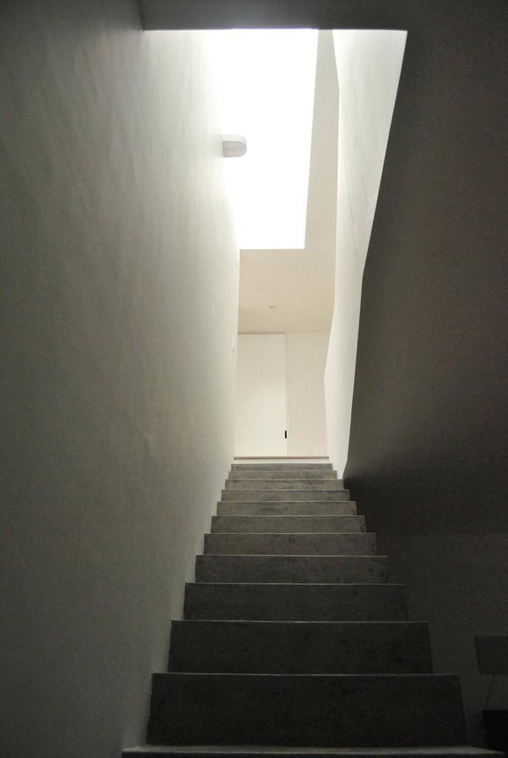 Casa Vittoria Prima: Pasillos y vestíbulos de estilo  por Javier Pareja arquiteco