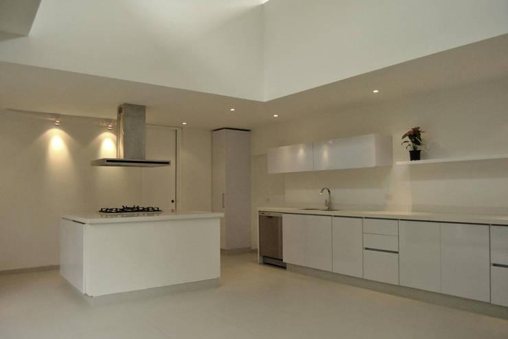 Casa Vittoria Prima: Cocinas de estilo moderno por Javier Pareja arquiteco