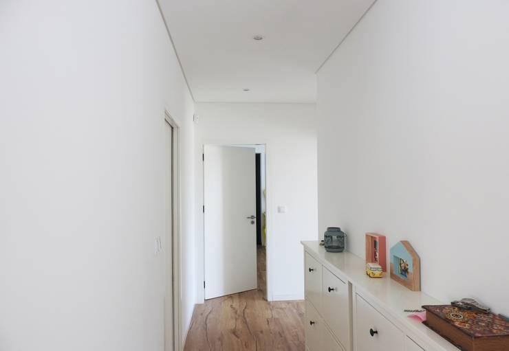 Pasillos y recibidores de estilo  por Jesus Correia Arquitecto