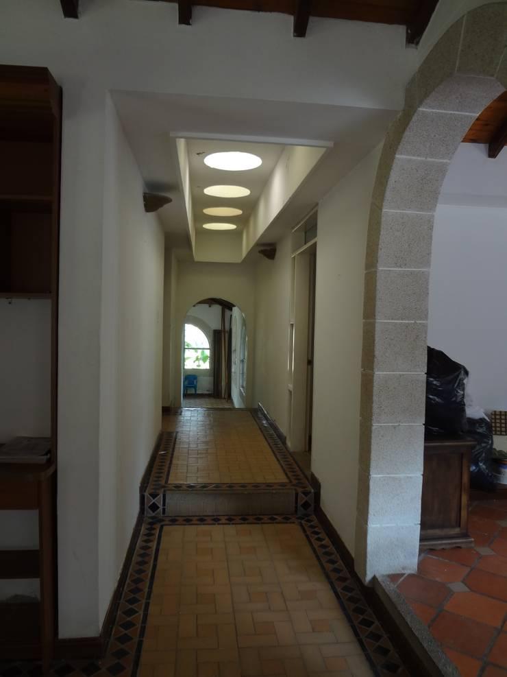 Hall de alcobas antes de la remodelación:  de estilo  por John Robles Arquitectos,