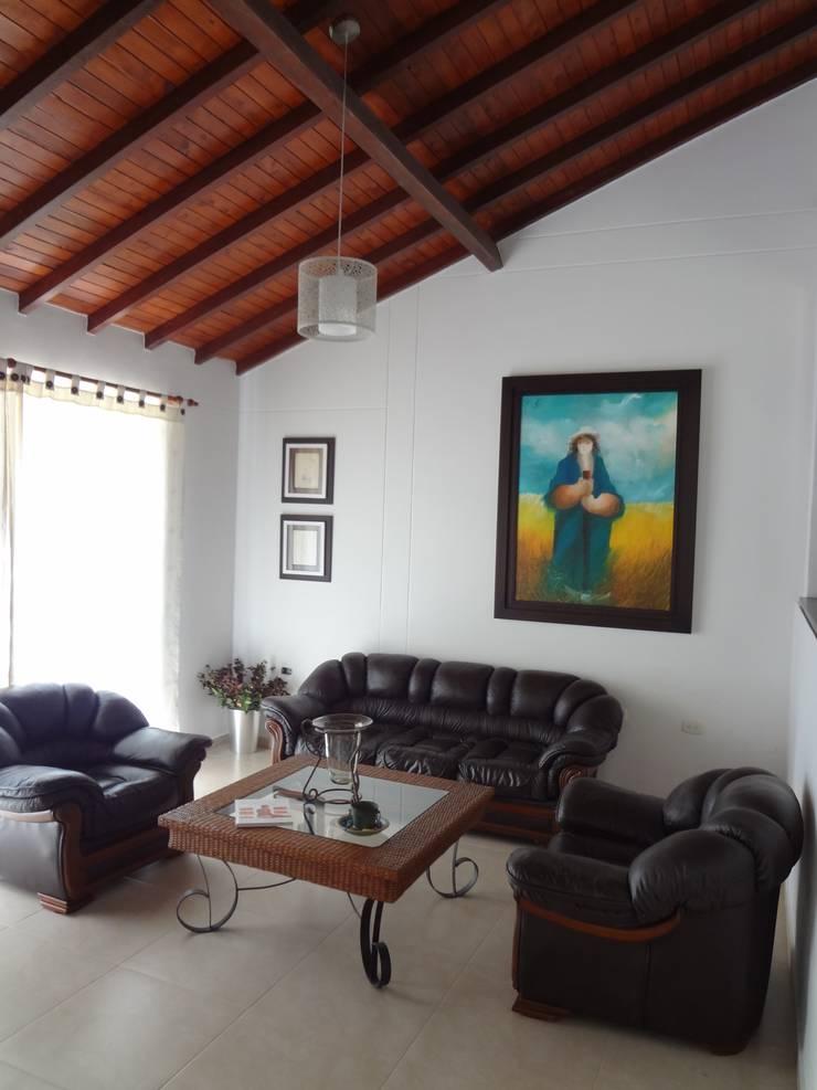 Sala principal: Salas de estilo  por John Robles Arquitectos,